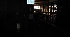 praktijkvoorbeeld van een veiligheidsbord in een donkere ruimte